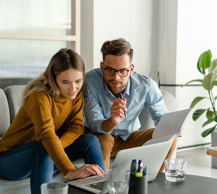 Un uomo ed una donna al computer